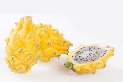 Geel pitahaya of draakfruit op witte achtergrond - Selenicereus-megalanthus Stock Afbeeldingen