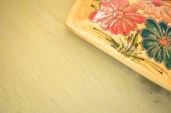 geel porselein tablemat op een pastelkleur groene achtergrond Stock Foto's