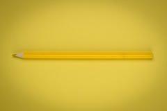 Geel potlood op geel document royalty-vrije stock fotografie