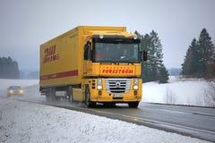 Geel Renault Magnum Semi Truck Hauls in de Winter royalty-vrije stock afbeeldingen