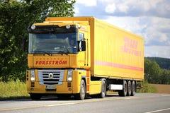 Geel Renault Magnum Semi Truck op de Weg stock fotografie