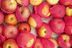 Geel-rode appelen in het pakket royalty-vrije stock foto