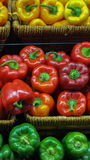 Geel, rood en groene paprika's op vertoning Stock Foto's