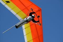 Geel-rood hangen-zweefvliegtuig Stock Foto