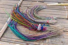 Geel, roze, rood, plue armbanden, ambacht van heuvelstam Stock Foto