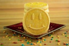 Geel Smiley Face Cookies stock afbeeldingen