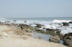 Geel strand en azuurblauwe overzees stock fotografie