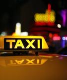 Geel taxiteken op autodak Royalty-vrije Stock Foto
