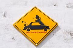 Geel teken die vragen te verbergen zijn kostbare bezittingen in de auto aan stock fotografie