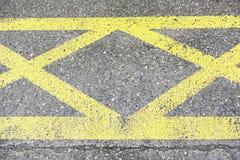 Geel teken op asfalt Stock Foto's