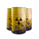 Geel vat van giftig geïsoleerd afval Zuur in vaten Voorzichtig zijn o stock fotografie