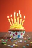 Geel verjaardags cupcake hoogtepunt van kaarsen Stock Fotografie