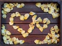Geel verwelkte toenam bloemblaadjes Stock Foto