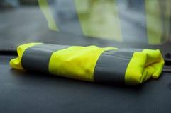geel vest op dashboard in autosymbool van geel vest royalty-vrije stock fotografie