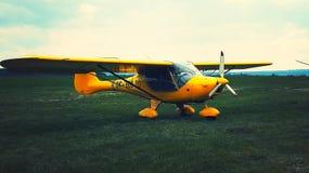 Geel vliegtuig Stock Foto's
