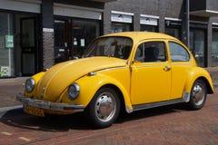 Geel Volkswagen Kafer - Klassieke VW-Kever Stock Foto