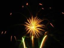 Geel vuurwerk stock afbeelding