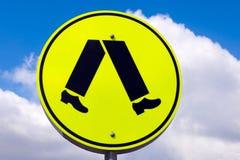 Geel waarschuwing voetgangersoversteekplaatsteken Stock Fotografie