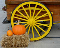 Geel Wagenwiel met Pompoenen stock foto