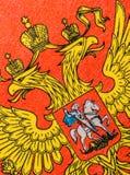 Geel wapenschild op een rode achtergrond stock afbeelding