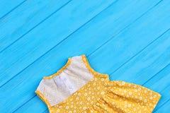 Geel weinig kleding met borduurwerk royalty-vrije stock foto's