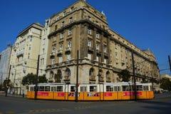 Geel-witte tram met het aardige gebouw op de achtergrond in Boedapest Royalty-vrije Stock Foto's