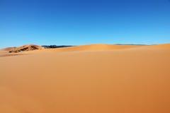 Geel zand en blauwe hemel Royalty-vrije Stock Fotografie