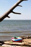 Geel zwem ring die op een overzees drijven Stock Foto