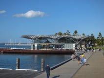 Geelong strandpromenad och karusellhus royaltyfri foto