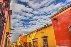 Geeloranje Stadsstraat San Miguel de Allende Mexico stock foto's