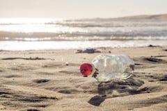 GEEN Bericht in een Fles bij Zonsondergang Stock Foto