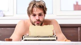 Geen dag zonder hoofdstuk Uitstekend schrijfmachineconcept Mens die retro het schrijven machine typen Mannelijk handentype verhaa stock foto's