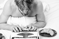 Geen dag zonder hoofdstuk Uitstekend schrijfmachineconcept Mens die retro het schrijven machine typen Oude schrijfmachine op bedd stock afbeeldingen
