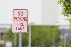 Geen de steegteken van de parkerenbrand dicht vóór een brug Royalty-vrije Stock Afbeelding