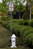 Geen de steegteken van de parkerenbrand naast een hydrant Royalty-vrije Stock Fotografie