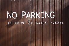 Geen die parkeren op houten poorten wordt geschilderd stock fotografie