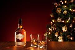 GEEN EMBLEEM OF HANDELSMERK! ZELF GEMAAKTE ETIKETTEN! mening van glazen met ijs en whisky en stock foto's