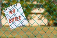Geen Enter teken op groene omhoog dichte omheining in openlucht royalty-vrije stock foto's