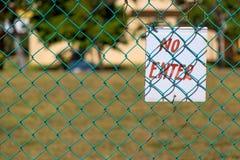 Geen Enter teken op groene omhoog dichte omheining in openlucht royalty-vrije stock afbeelding