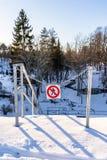' Geen entry' , ' niet enter' Teken in een Park in Metaalkettingen op Sunny Winter Day royalty-vrije stock afbeeldingen