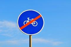 Geen fietsers ondertekenen - close-up tegen blauwe hemel stock afbeeldingen