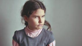 Geen gebaar van de meisjestiener schudt haar hoofd, ontzeggend oppositie ontevreden stock videobeelden