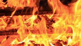Geen geluid Dertig 30 seconden Extreem close-up van het branden van picknickbank aan het eind van een partij