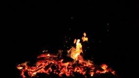 Geen geluid Tien 10 die seconden van sintels van een vuur worden bewogen aan kleine vlammen wordt gebrand