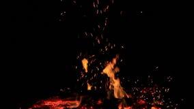 Geen geluid Twintig 20 die seconden van sintels van een vuur worden bewogen aan kleine vlammen wordt gebrand