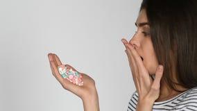 Geen geneeskunde Patiënt die medicijn weigeren te gebruiken Slechte bijwerkingen van tabletten De vrouwendaling neemt pillen stock video