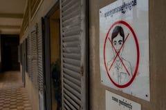 Geen het Glimlachen Teken bij de Gevangenis van Tuol Sleng Stock Foto