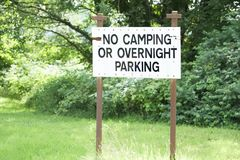 Geen het kamperen of nachtelijk parkeren stond teken in openbaar park toe stock afbeelding