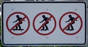 Geen het met een skateboard rijden rollerskating of rollerblading teken stock foto's