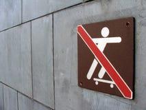 Geen het met een skateboard rijden teken stock afbeeldingen